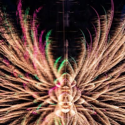湖面に映る花火を横から見た光跡(錦秋湖湖水まつり)の写真