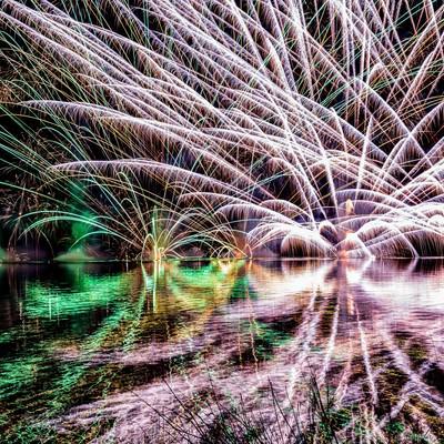 湖面にリフレクションする水上花火(錦秋湖湖水まつり)の写真