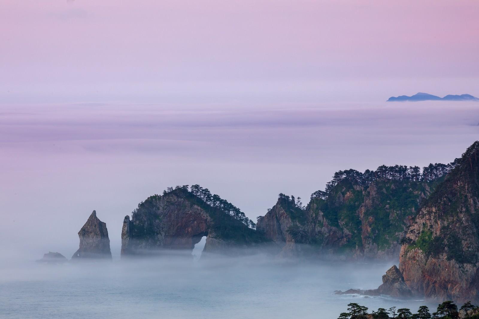 「濃い霧に覆われる北山崎断崖」の写真