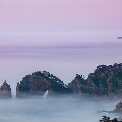 濃い霧に覆われる北山崎断崖の写真