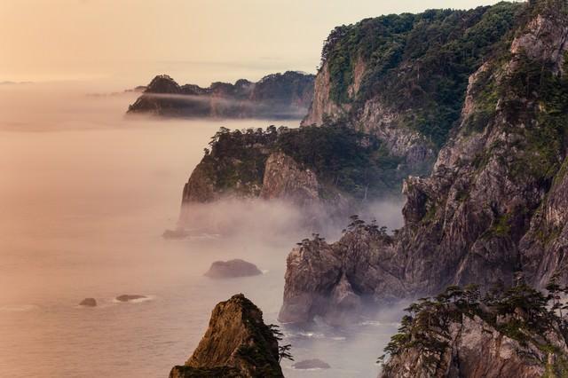 朝霧残る北山崎の夜明けの写真