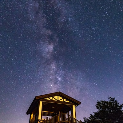 ラベンダー園の小屋と天の川の写真
