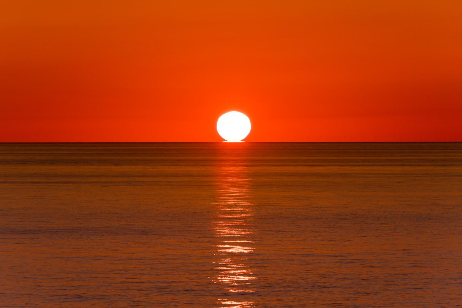 「入道崎に沈む夕陽とレイライン」の写真