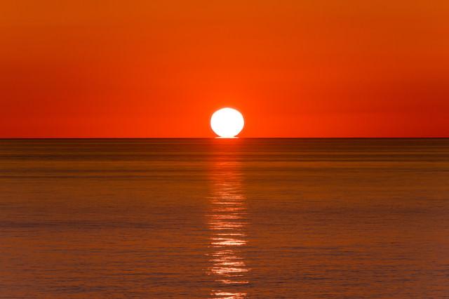 入道崎に沈む夕陽とレイラインの写真