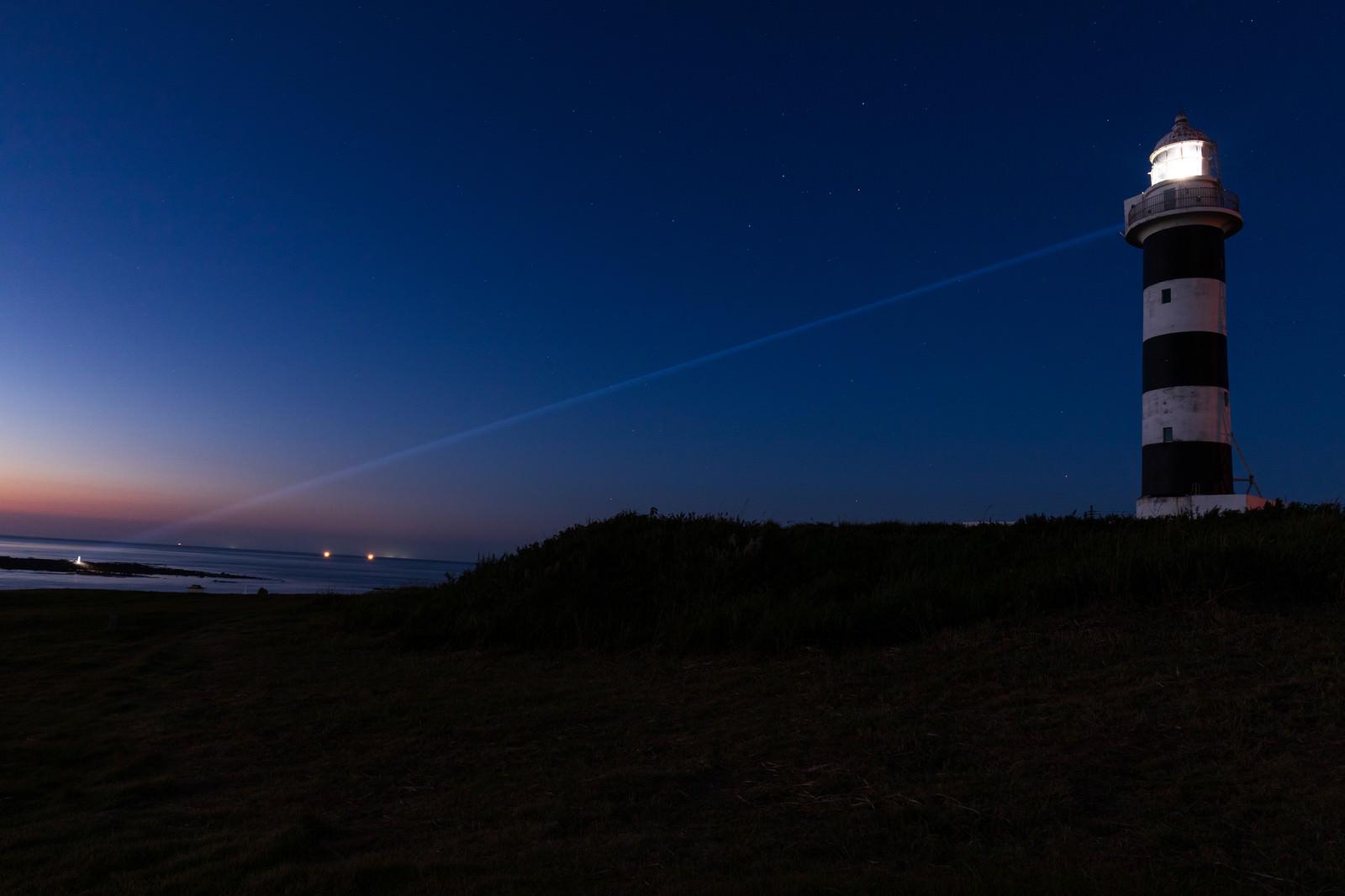 「夜の入道崎灯台から放たれるレーザービーム」の写真