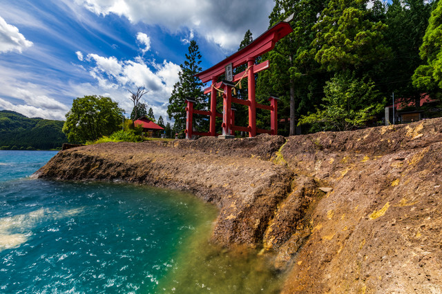 田沢湖湖畔にある御座石神社の鳥居の写真