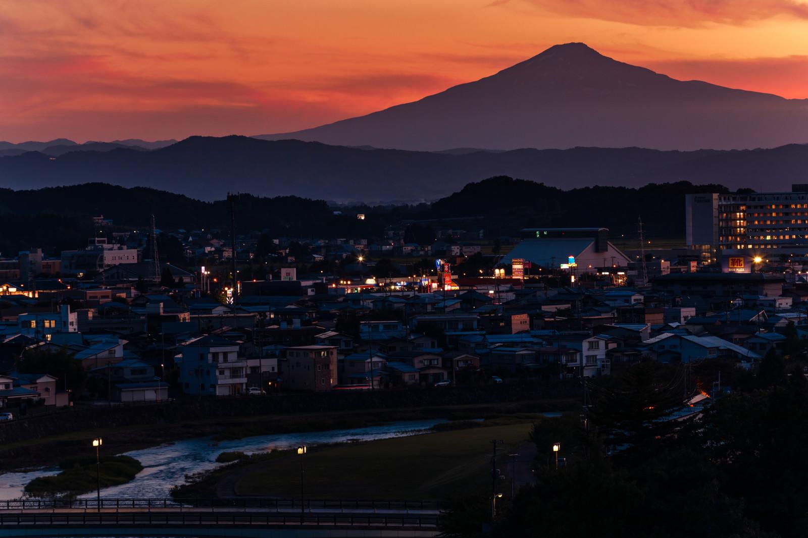 「横手市街と鳥海山の夕景」の写真