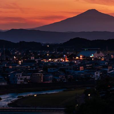 横手市街と鳥海山の夕景の写真