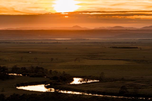 夕日に照らされた釧路湿原の大パノラマの写真