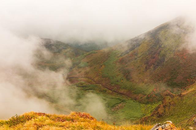 沸き立つ霧に包まれるムーミン谷(駒ケ岳)の写真