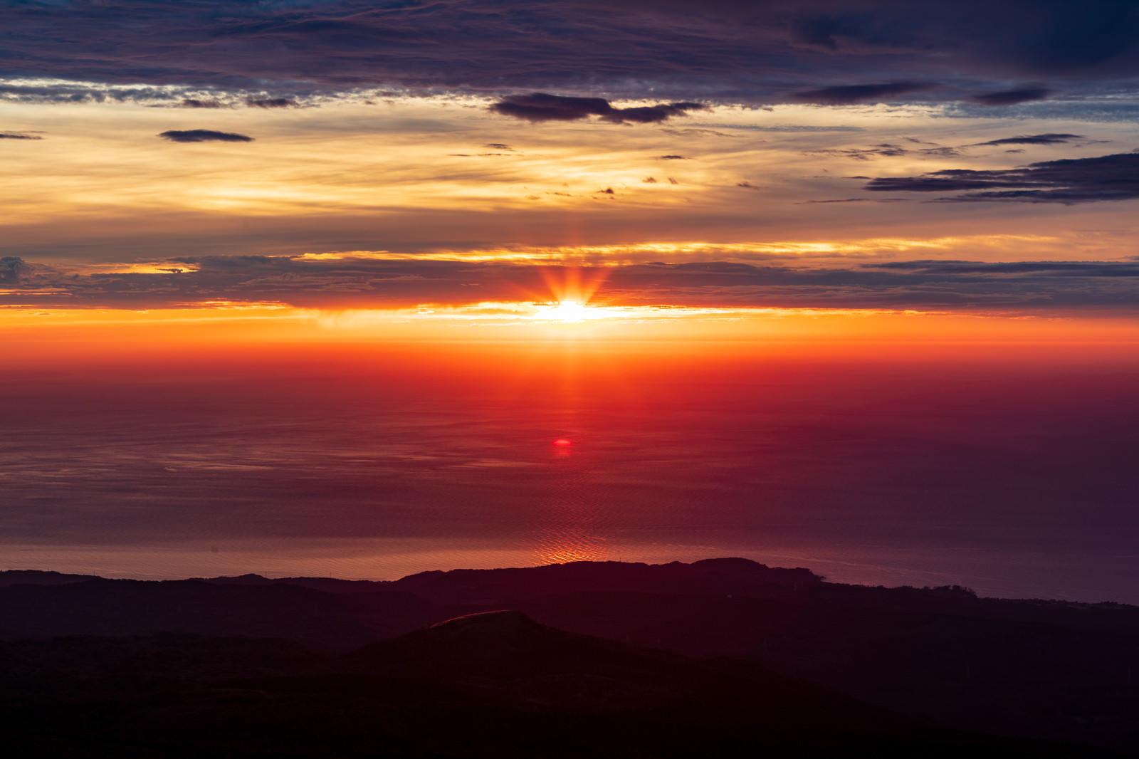 「鳥海山から見る夕日」の写真