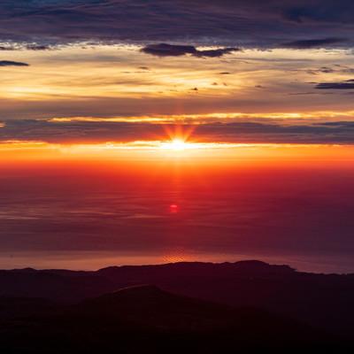 鳥海山から見る夕日の写真