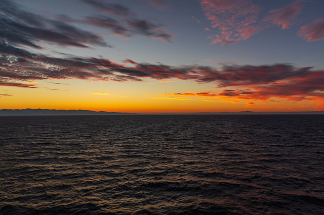 夜明け前の日本海の写真