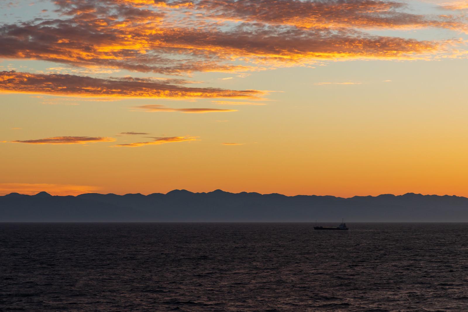 「夜明け前の日本海と船」の写真