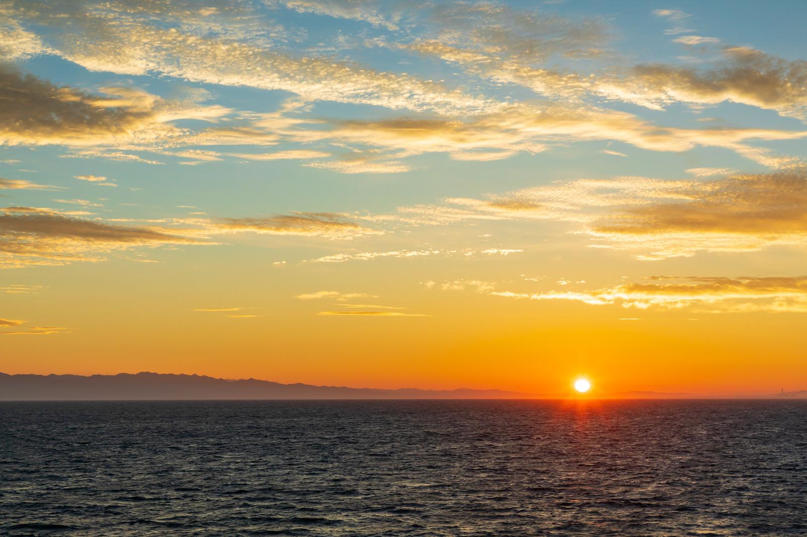 「日本海の夜明けと日の出」の写真