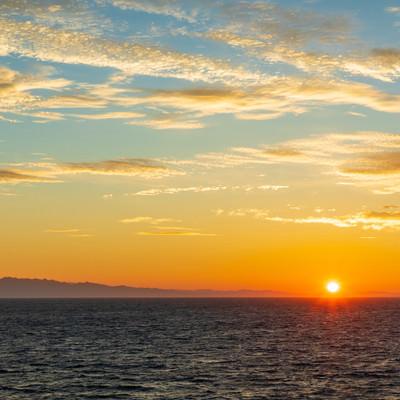 日本海の夜明けと日の出の写真