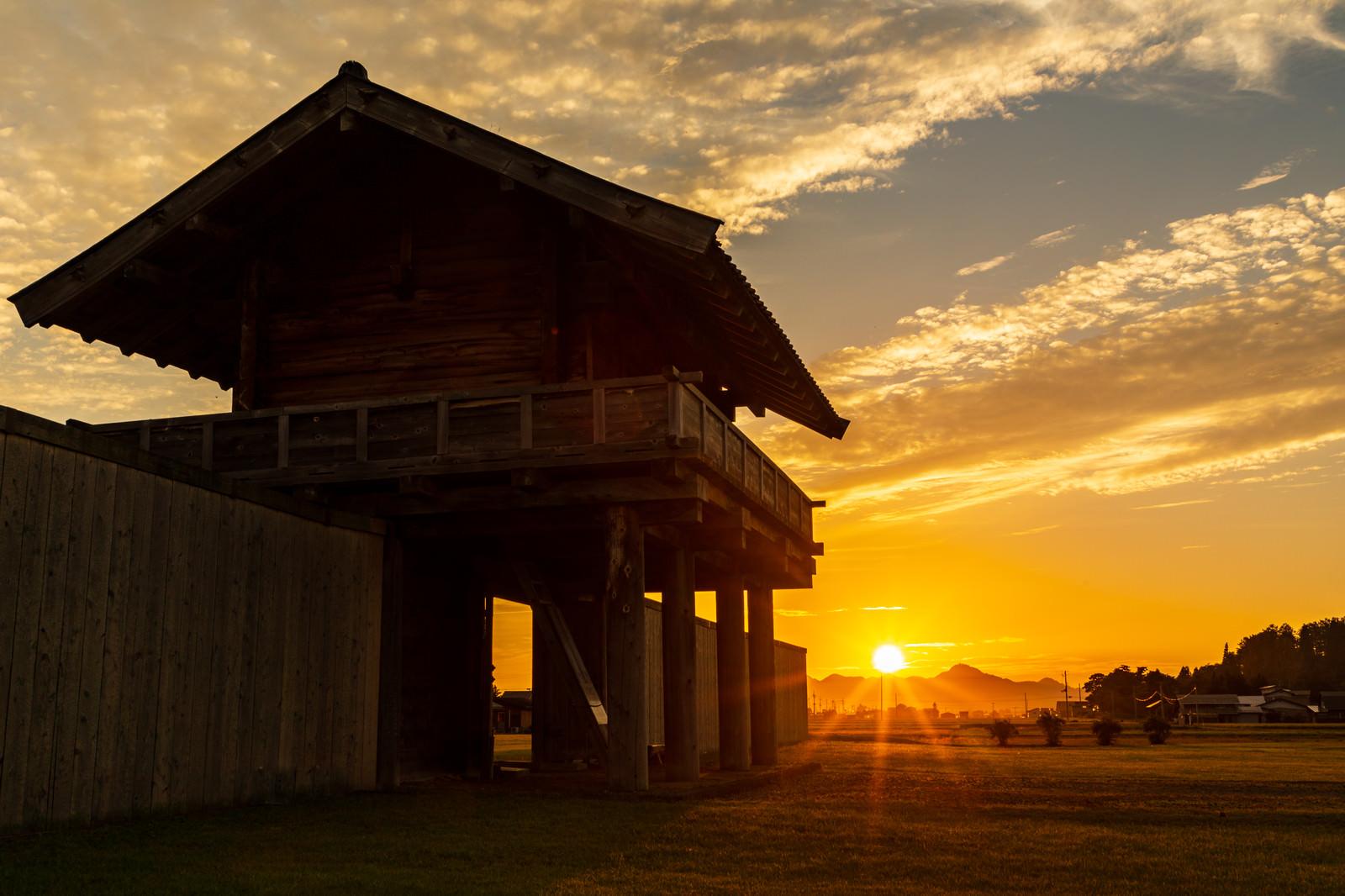 「朝日に照らされる払田柵跡(古代遺跡遺跡)」の写真