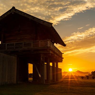 朝日に照らされる払田柵跡(古代遺跡遺跡)の写真