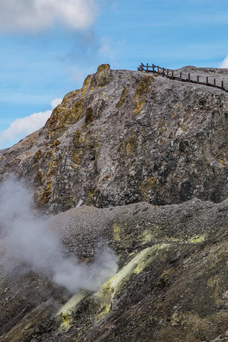 「噴き出す火山ガスと川原毛地獄(かわらげじごく)」の写真