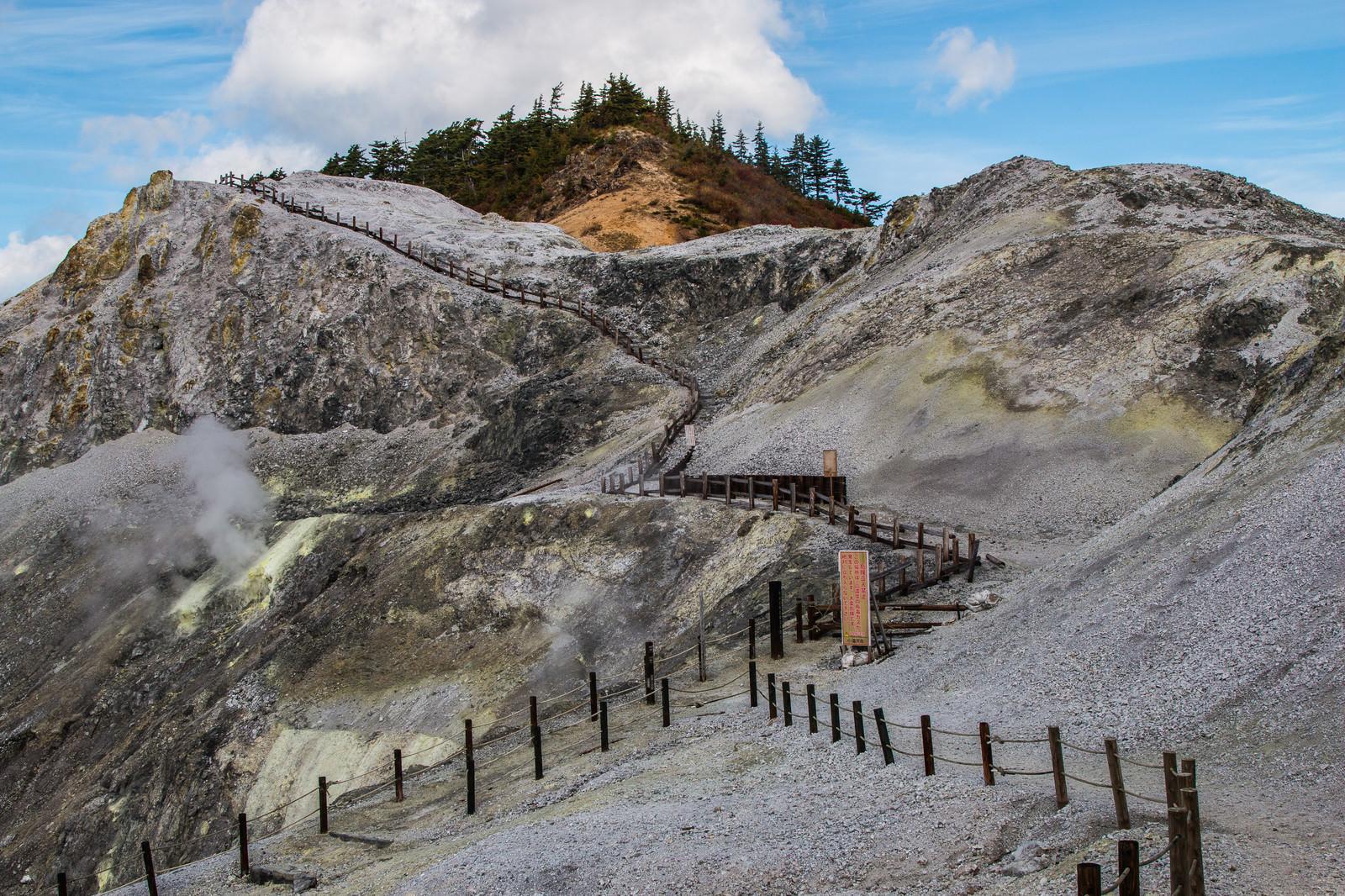 「立入禁止になった川原毛地獄の登山道」の写真