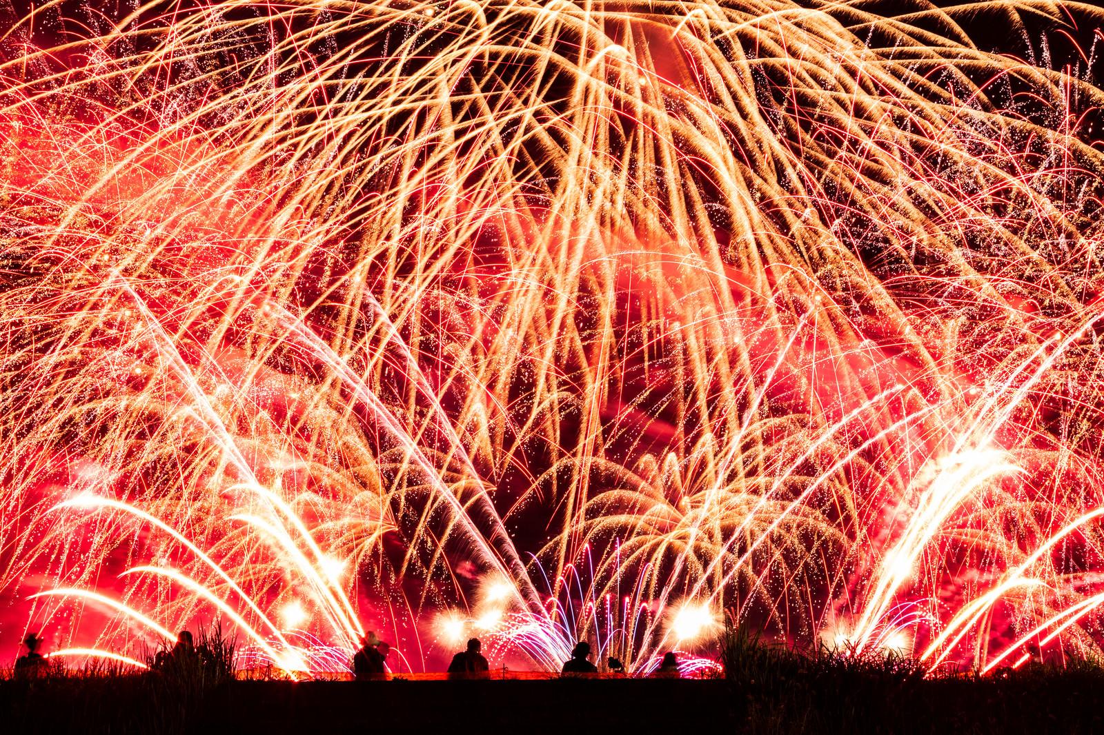 「夜空に盛大に弾け散る大曲の花火(秋田県大仙市)」の写真
