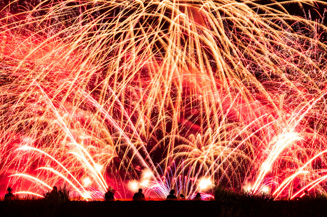 夜空に盛大に弾け散る大曲の花火(秋田県大仙市)の写真