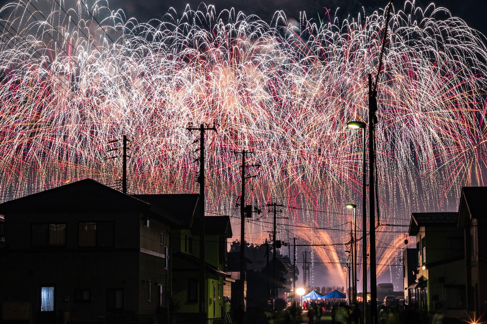 「街から見る夜空を埋め尽くす大曲の花火(秋田県大仙市)」の写真