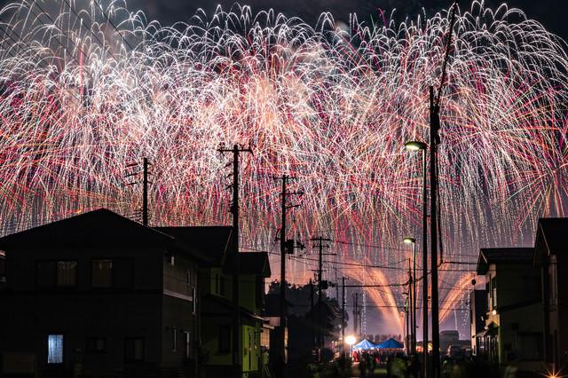街から見る夜空を埋め尽くす大曲の花火(秋田県大仙市)の写真