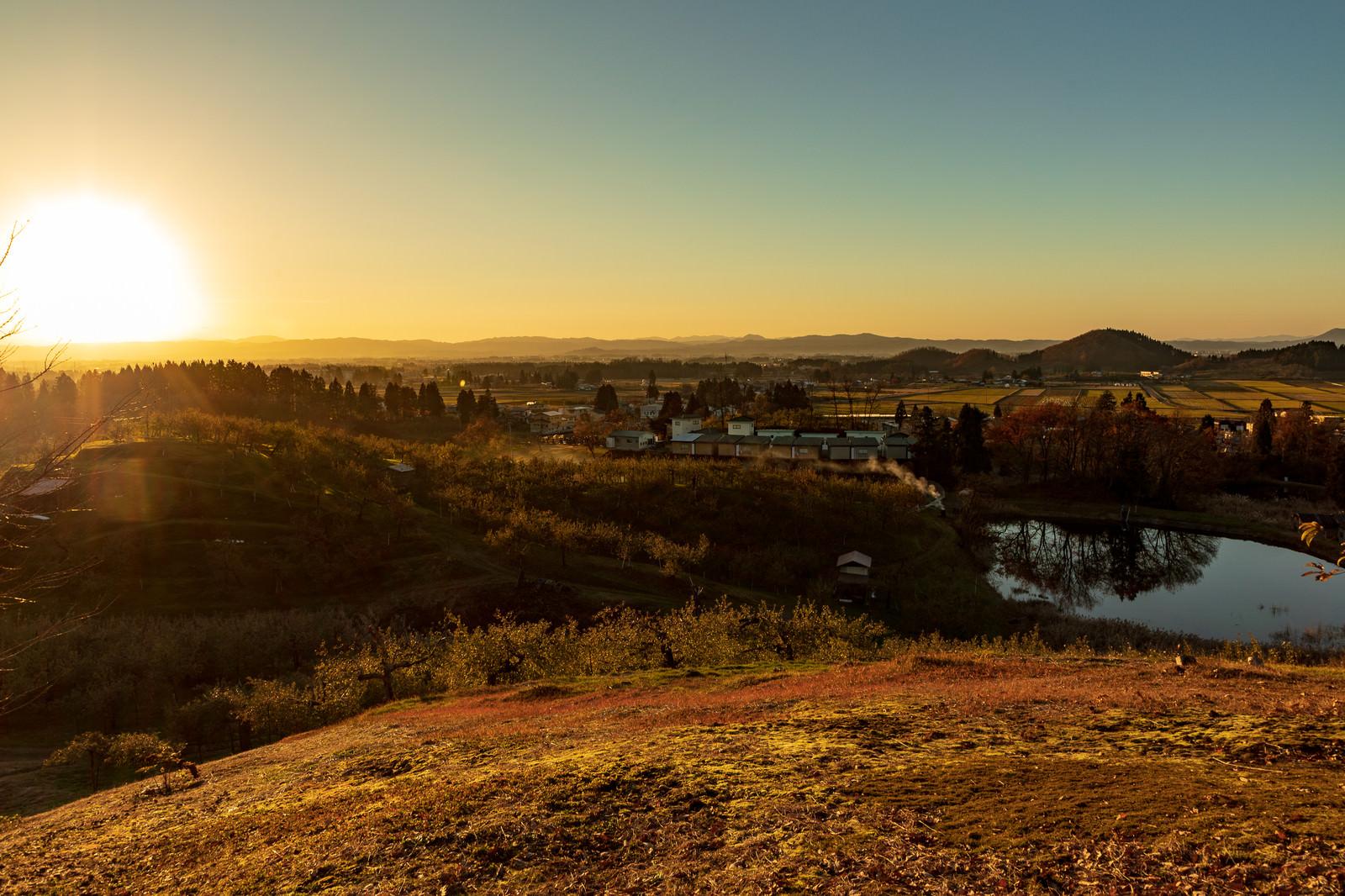 「夕焼けに染まる町並みと夕日」の写真