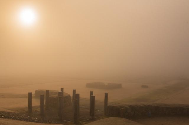 朝霧に包まれた払田遺跡(秋田県)の写真