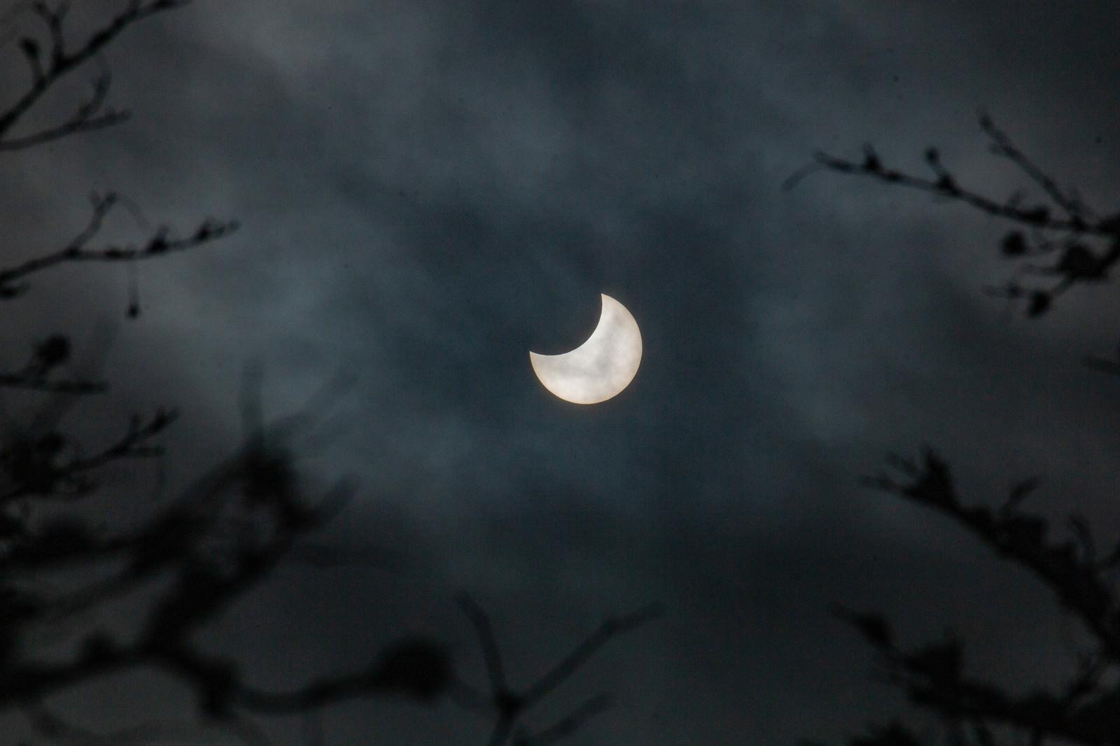 「薄雲と日食現象」の写真