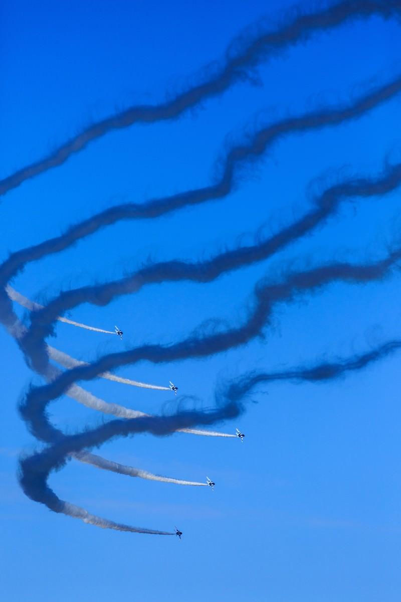 「急カーブするブルーインパルスの編隊飛行急カーブするブルーインパルスの編隊飛行」のフリー写真素材を拡大