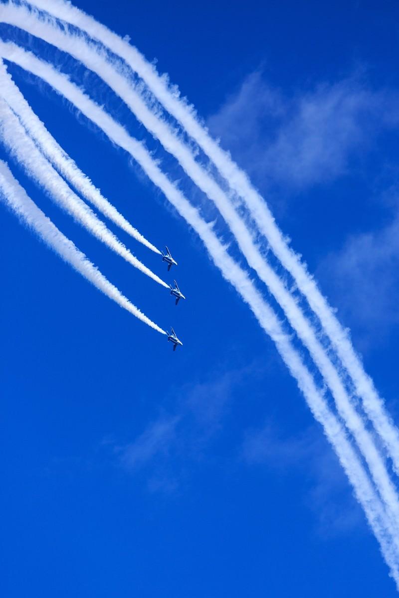 「宙返りするブルーインパルス宙返りするブルーインパルス」のフリー写真素材を拡大