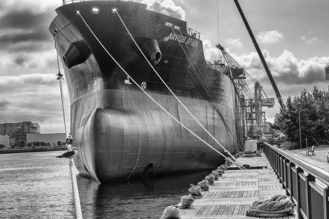 建造中の大型船(モノクロ)の写真
