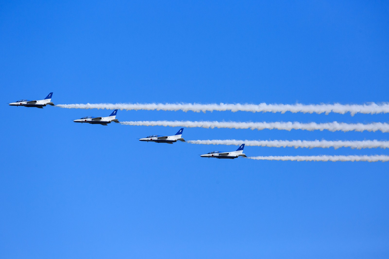 「仲良く隊列を組むブルーインパルス」の写真