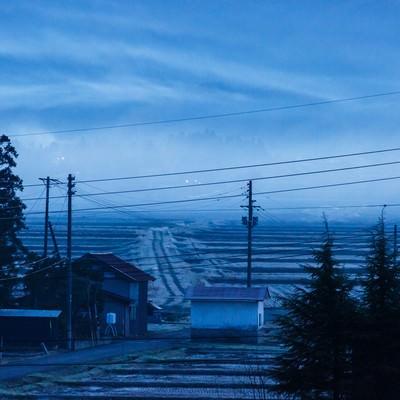 「田舎の朝靄」の写真素材
