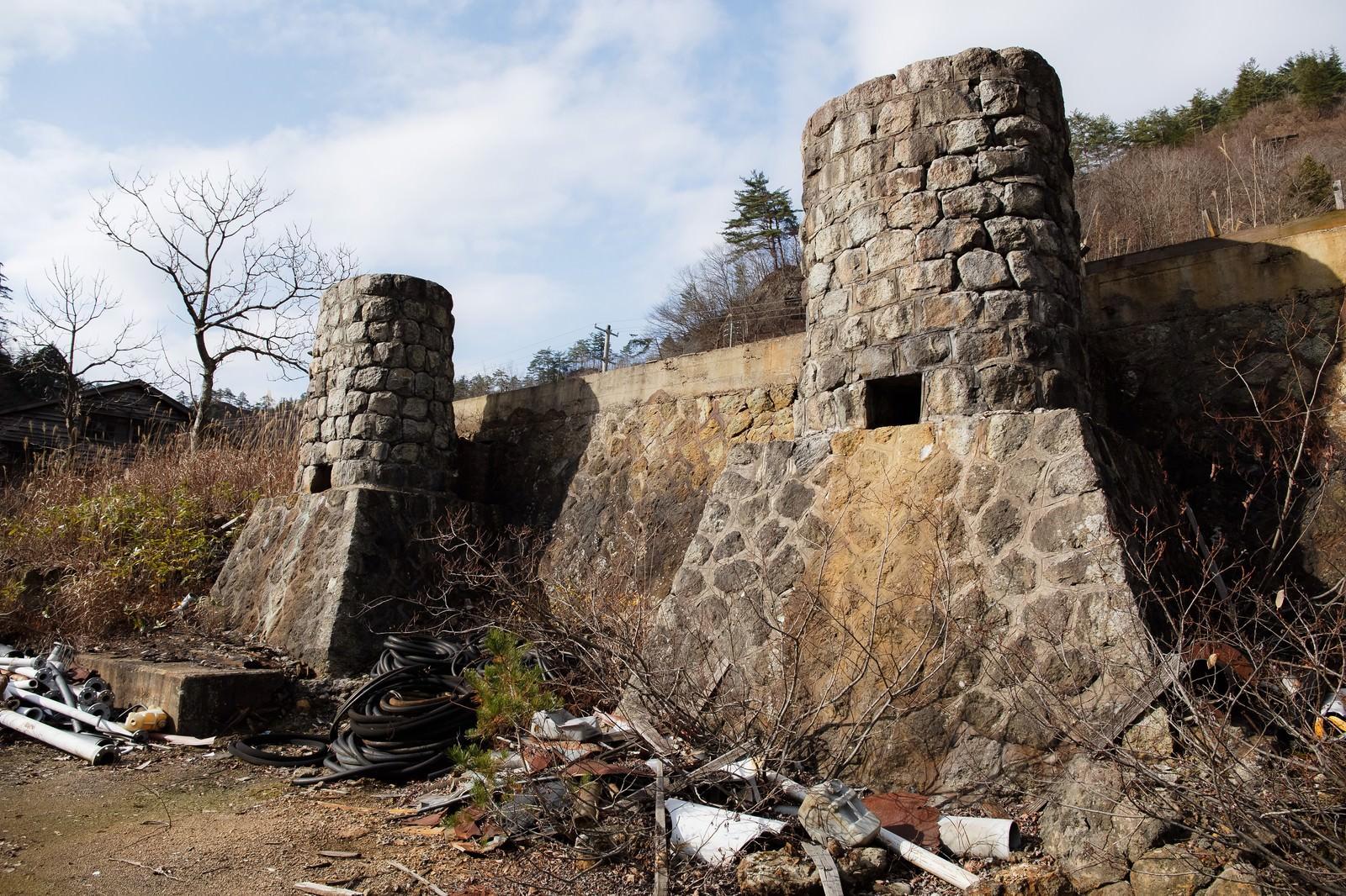 「瓦礫が転がる土畑鉱山跡」の写真