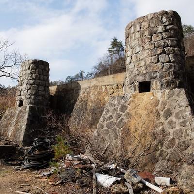 瓦礫が転がる土畑鉱山跡の写真