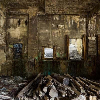 「木材が置かれた廃墟」の写真素材