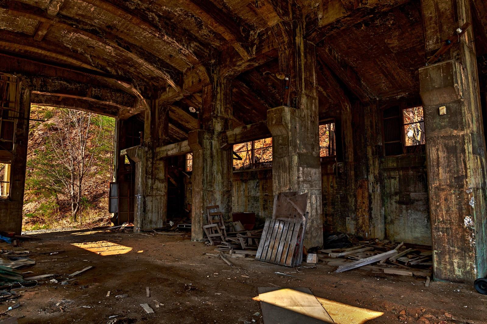 「瓦礫と今にも崩れそうな作業現場」の写真