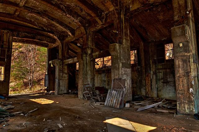 瓦礫と今にも崩れそうな作業現場の写真