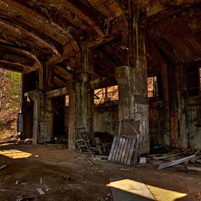 「瓦礫と今にも崩れそうな作業現場」の写真素材