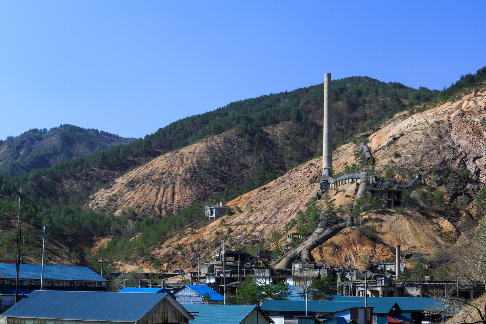 「地すべりが起きそうな山肌の鉱山跡」の写真