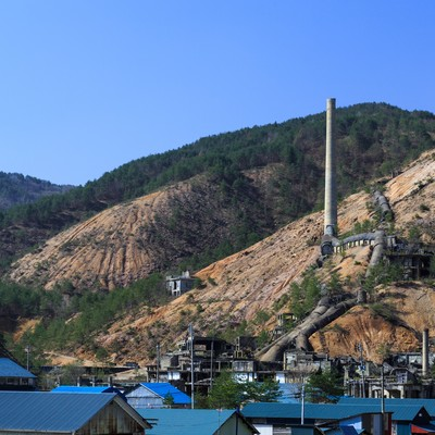 地すべりが起きそうな山肌の鉱山跡の写真