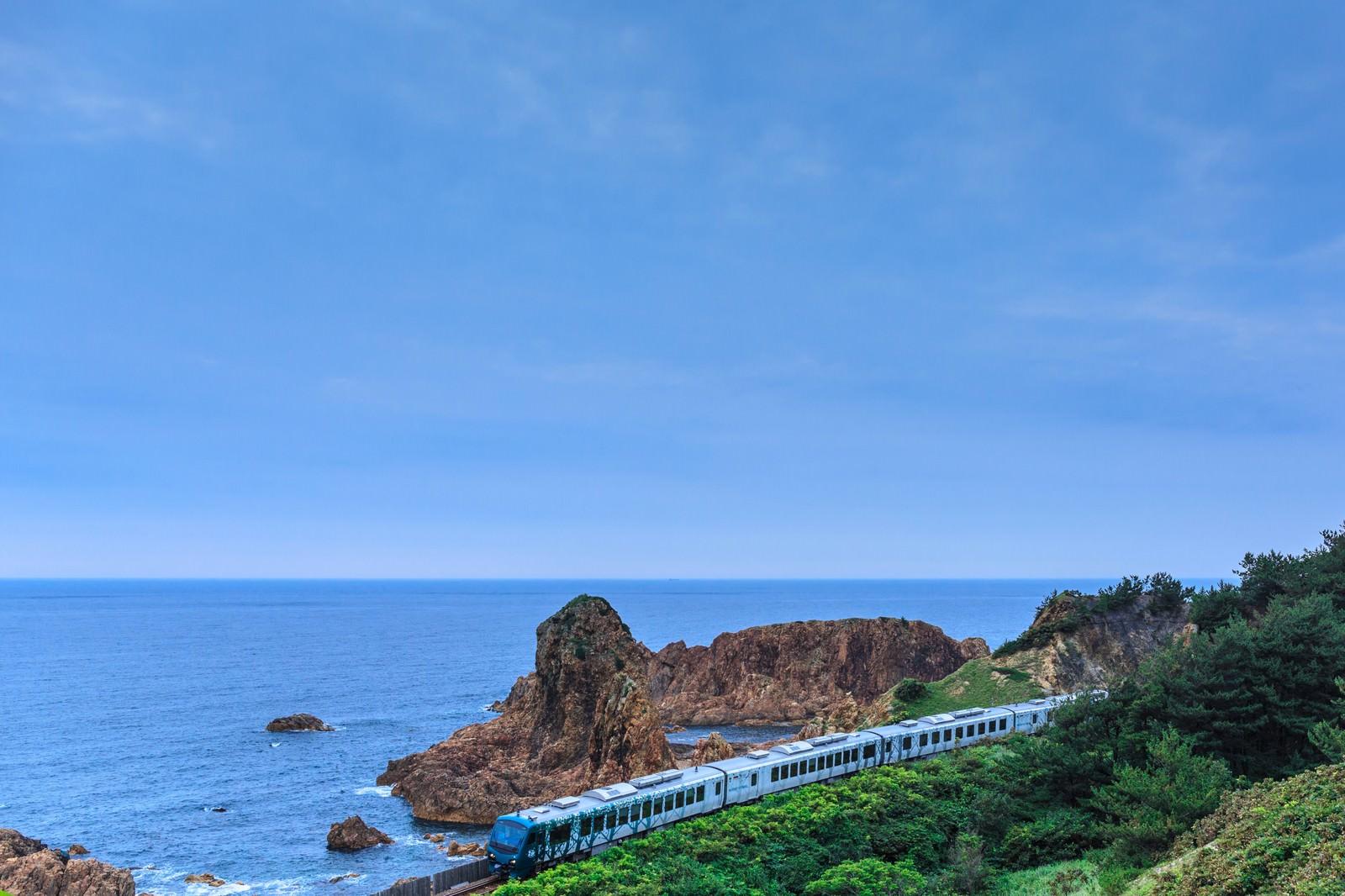 「日本海を走るローカル線」の写真
