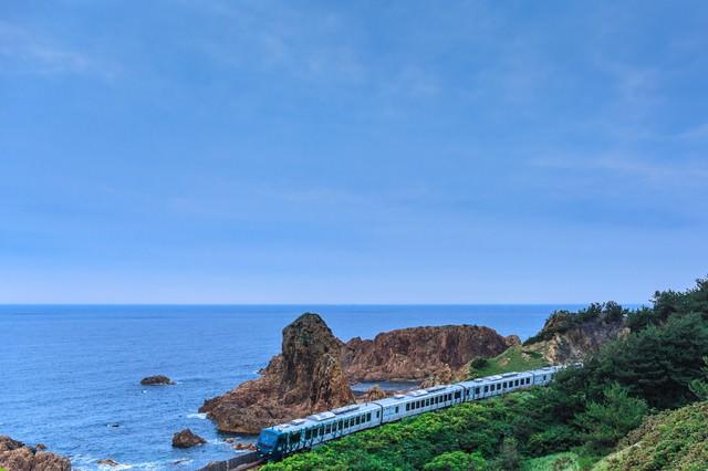 日本海を走るローカル線の写真