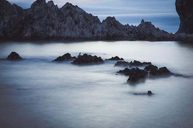 「岸壁と霧のように静かな海」のフリー写真素材