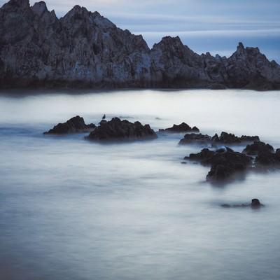 「岸壁と霧のように静かな海」の写真素材