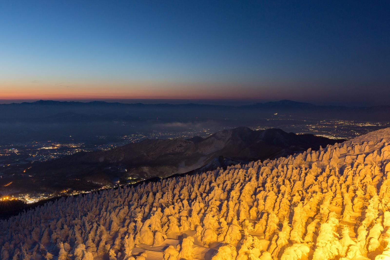 「樹氷と街の夜景樹氷と街の夜景」のフリー写真素材を拡大