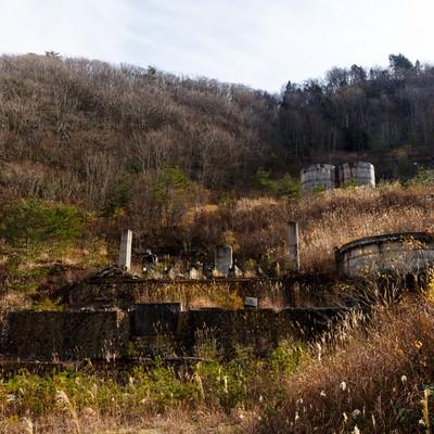 「荒れ果てた土畑鉱山跡」の写真素材